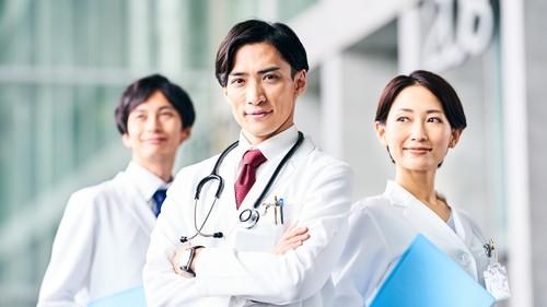 50歳前後の「生涯中間管理職世代」が医療機関を去り始めているという。(※写真はイメージです/PIXTA)