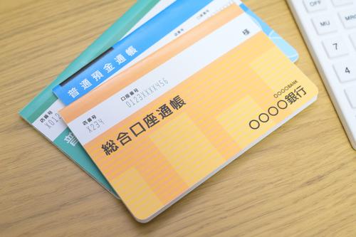 貯金は100万円程度しかない…。 (画像はイメージです/PIXTA)
